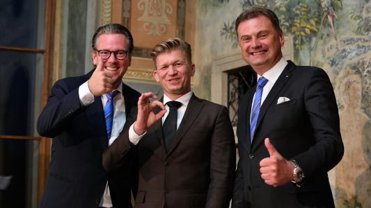 HARTING CEO Philip Harting (left) and Marek Sucharda (right), Managing Director HARTING s.r.o., were pleased with the positive development in the Czech Republic. Andrej Schvarc (center), Managing Director Blumenbecker Prague s.r.o., thanked for the good cooperation over the years