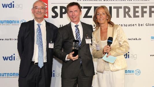 Arthur Rönisch bekommt seinen Preis von den Redakteuren der Markt&Technik überreicht / © Markt&Technik