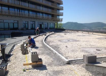 Das Dränage- und Wasserspeicherelement Floadrain FD 40 ist die richtige Wahl für die hier ausgeführten Gehbelagsflächen der Dachterrasse / Quelle: Dipl.-Ing. Michael Epple