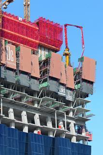 An der Südseite des Gebäudes ist die Kletterschutzwand den unterschiedlich auskragenden Balkonen anzupassen. Trotz vor- und rückgeneigter Ausführung der Schutzwände können sie ohne Umbauarbeiten hydraulisch geklettert werden (Foto: PERI GmbH)