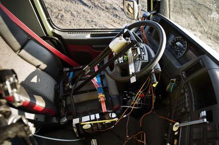 Das Fernsteuerungssystem verwendet eine Kombination von Technologien, darunter Pneumatik, elektronische Servosysteme und eine herkömmliche Fernbedienung / VOLVO TRUCKS Image and Film Gallery