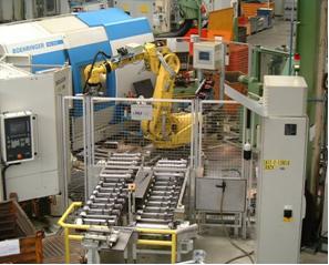 Verkettung von einem Bearbeitungszentrum, einer Drehmaschine, einer Messmaschine und einem Tieflochbohrwerk durch einen FANUC-Roboter R-2000i mit B-Controller