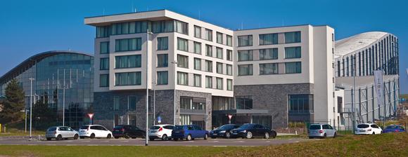 """Das 2011 eröffnete 4****-Superior Hotel Fire & Ice liegt direkt an der JEVER SKIHALLE in Neuss. Das einzigartige Tagungshotel mit """"Blick auf den Gletscher"""" bietet ein Höchstmaß an Aktivitäten, Foto: Caparol Farben Lacke Bautenschutz/Martin Duckek"""