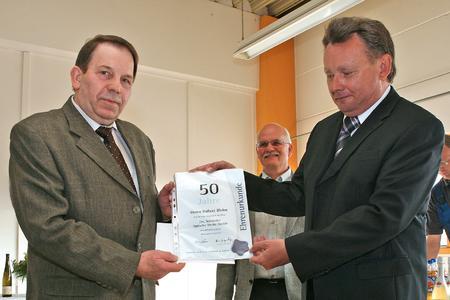 Pressefoto: Hubert Bleise (links) und Dr. Josef Staub (rechts) bei der Ehrung für die 50jährige Betriebszugehörigkeit