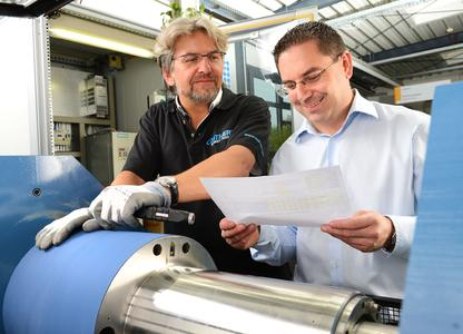 Extensive measurements and evaluation programs provide an in-depth analysis of the paper transport performance: Matthias Wehrmaker (left), Production Improvement & Quality Control, and Markus Gnass, Head of metalbackblankets, at the CONTI-AIR® test rig (Photo: ContiTech)