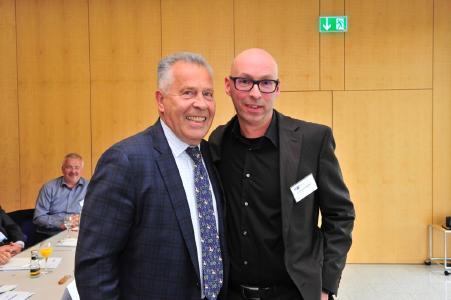 IHK-Präsident Hanno Dornseifer (l.) mit seinem Vorgänger und neuen Ehrenpräsidenten der IHK, Dr. Richard Weber / Fotonachweis: Becker & Bredel