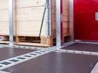 VarioSAVE basiert auf einem Schienensystem mit Rungentaschen und ermöglicht die formschlüssige Sicherung der Waren auf der Ladungsfläche in jede Richtung durch einfaches Stecken der Rungen.