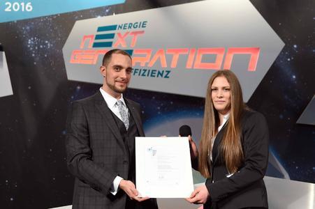 Lisa Bahr nimmt den DENEFF PERPETUUM Preis für die Energiescouts von Christian Noll, geschäftsführender Vorstand der DENEFF, in Empfang (Bild: Britta Pedersen/DENEFF)