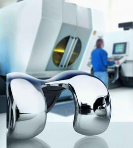Medizintechnik für Maschinenbauer: Fertigung eines Knie-Implantates an einer CNC-Maschine (Bild: Siemens)