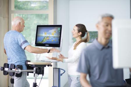Beim Flug durch tropische Welten üben Patienten Stehen und Gehen zweidimensional.