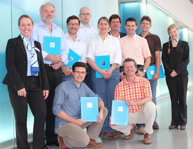 Absolventen des Windenergielehrgangs mit Mitarbeiterinnen der VDI Wissensforum GmbH, Bild: VDI Wissensforum GmbH