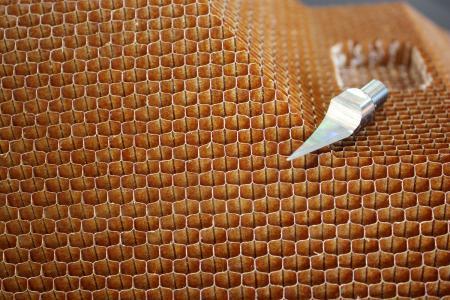 Saubere Schnitte: Ultraschallschneiden von Wabenmaterial mit Monoblockklingen von Hufschmied, Bildquelle: Hufschmied Zerspanungssysteme