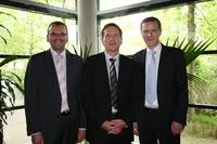 Matthias Ferber, Vorsitzender der Geschäftsführung, (rechts im Bild) gratuliert dem neuen Geschäftsführer Jochen Schneiders (links) und dem neuen Abteilungsleiter Consulting Dr. Ingo Rieping (Mitte)