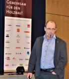 """Gerd Prause: """"Ich denke, also BIM ich!""""  Für DHV-Vorstandsmitglied Gerd Prause ist das Planen von Gebäuden aus Holz nach Methode BIM Tagesgeschäft: """"Weil bei der Errichtung von Häusern aus Holz alles von vornherein durchdacht und aufeinander abgestimmt ist, gibt es bei der praktischen Umsetzung auf der Baustelle so gut wie keine klärungsbedürftigen Fragen mehr"""", sagt der BIM-Experte. Foto: Achim Zielke für den DHV, Ostfildern; www.d-h-v.de"""