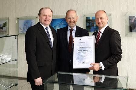 IHK-Geschäftsführer Hartwig Rohde überreichte an Heinz Fabian (links) und Wolfgang Stang (rechts), beide Geschäftsführer von Heraeus Quarzglas, eine Ehrenurkunde zum 100. Gründungsjubiläum