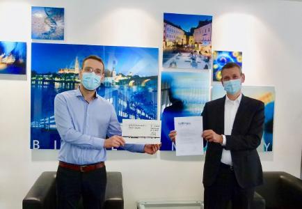 BioPark GF Dr. Thomas Diefenthal (rechts) übergab den BioPark Innovationspreis 2020 an Dr. Daniel Deuter (links) Corona-konform