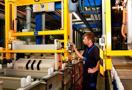 Fachkenntnisse, Erfahrung und Fingerspitzengefühl sind in der galvanischen Beschichtung gefragt. Ein Mitarbeiter überprüft eine der Trommelanlagen. Foto: GAZIMA.
