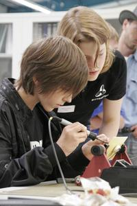 Auszubildende und Studenten der WITTENSTEIN AG gaben den Besuchern praktische Einblicke in die Ausbildung.
