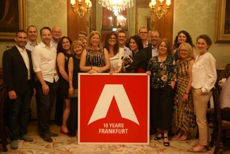 Mitarbeiter der ARCONDIS GmbH mit dem Jubiläumsgeschenk.