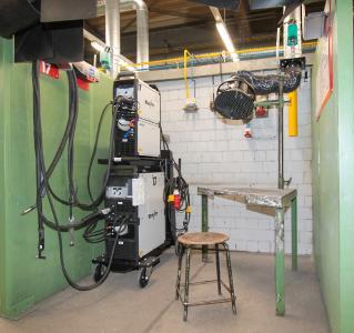 Abb. 2: Schweißen ohne Umbauphase: Mit der Gerätekombination von EWM ist in jeder der 12 Arbeitskabinen ohne Umbauphase sowohl das MIG/MAG- als auch das WIG-Schweißen möglich