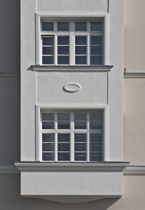 Wichtig war die Abstimmung zwischen den Gewerken: Im Interesse einwandfreier Anschlüsse wurden die Fensterrahmenprofile erst nach dem Einbau der Fensterbänke durch die Klempner montiert, Foto: Caparol Farben Lacke Bautenschutz/Martin Duckek