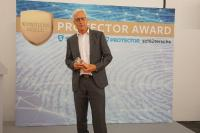 Bronzener Protector Award 2018 für ASSA ABLOY mit der Rettungswegtechnologie ePED: Am 27. Juni nahm Norbert Friedl, Regionalvertriebsleiter Süd bei ASSA ABLOY Sicherheitstechnik GmbH, die Trophäe im Rahmen der Preisverleihung auf der SicherheitsExpo in München entgegen / Foto: PROTECTOR