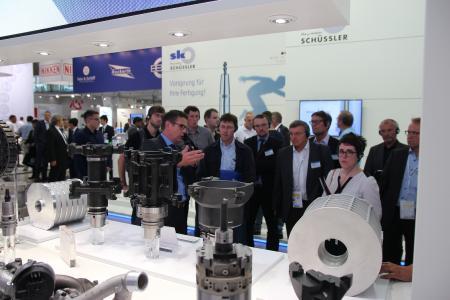 Andreas Enzenbach zeigt den Teilnehmern des Leichtbautages die innovativen Bearbeitungskonzepte von MAPAL