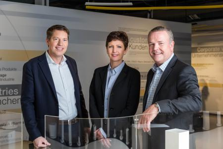 (v.l.): Jan Vercammen (General Manager Egemin), Barbara Wladarz (General Manager Dematic Central Europe), Jeff Moss (Vice President Dematic International) / (Foto: Dematic)