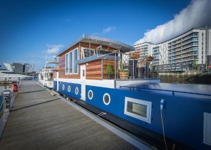"""Gillian und David Campbell schufen aus der desolaten """"Nolly"""" ein Luxus-Hausboot im Hafen Belfast. Der REHAU Partner Windowmate steuerte witterungsbeständige und passgenau gefertigte Fenster bei / Foto: REHAU"""