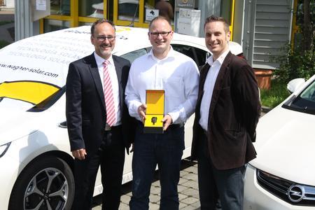 André Reuter, Sea & Sun Technology nimmt erfreut den Schlüssel zu seinem neuen Firmenwagen entgegen. (v.l.n.r. Norbert Rechlin, Vertriebsleiter Wagner & Co, André Reuter, Rolf Ellringmann, Kundenbetreuer Wagner & Co)