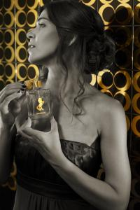 With Heraeus Inkjet Gold, smooth glass surfaces, such as tiles or perfume bottles, can be decorated with real gold by digital printing. Photo: Heraeus