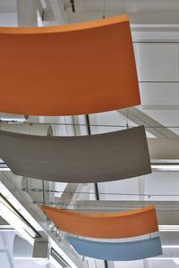 Beschwingt und heiter: An Schienen und Drahtseilen befestigt, scheinen die Melapor-Deckensegel unter der Decke zu schweben (Foto: Caparol Farben Lacke Bautenschutz/Martin Duckek)