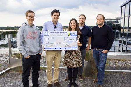 Spendenaktion Zivilcourage für ALLE e.V.: ITK Mitarbeiter mit Mira Pouresmeili bei der Spendenübergabe auf der Dachterrasse des ITK-Büros in München.