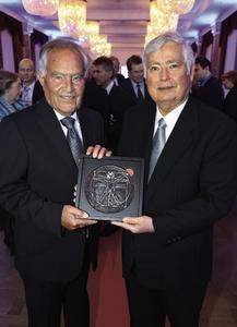 """Die beiden Geschäftsführer der Festo Konzern-Holding Dr. Wilfried Stoll (rechts) und Dr. h.c. Kurt Stoll wurden jetzt mit dem Leonardo Award in der Kategorie """"Company Transformation"""" ausgezeichnet (Bildquelle: Leonardo Award 2012/Franz Pflügl)"""