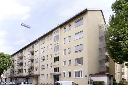 Bei der Sanierung von über 170 Wohnungen in der Münchner Trivastraße wird die neue Lüftungslösung GENEO INOVENT eingesetzt. Bildrechte: REHAU