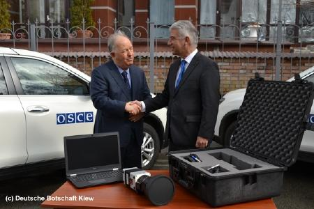 The German ambassador Ernst Reichel (left) hands over three high-resolution infrared thermal imaging systems of the VarioCAM® HD head security series to the head of the OSCE observer mission, Ertugrul Apakan, in Kiev.