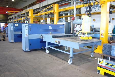 Bild 7: Drei Säulendrehkräne ver- und entsorgen die Maschinen