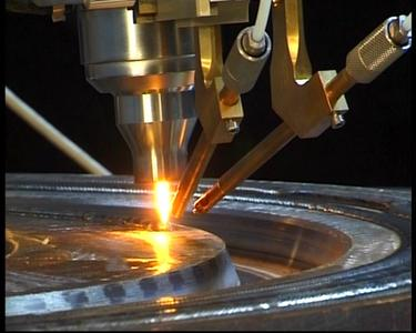 WIG–Heißdraht-Auftragsschweißen-Brenner mit motorisiertem Elektroden-Stick-Out und Doppeldrahtzuführung Foto : Polysoude