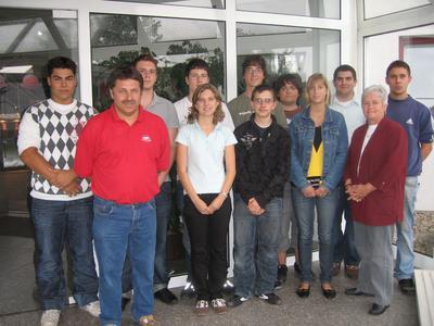 Ute Jöckle, Leiterin Personal, sowie der Ausbilder Uwe Hoffmann mit den 10 neuen Auszubildenden bei der Eichenauer Heizelemente GmbH & Co. KG.