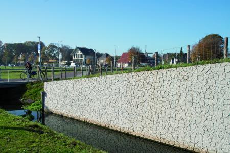 Kreative Oberflächengestaltung einer Stützmauer im niederländischen Velsen mit der neuen NOEplast Struktur Santpoort (Foto: NOE-Schaltechnik, Süssen)