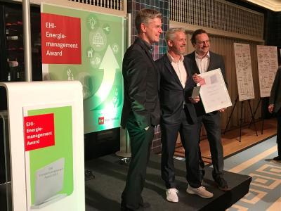 Übergabe des EHI Energiemanagement Awards an Breuninger im Stadtpalais in Köln. Carsten Kreutze, Claudio Rizza, Jens Gräther (von links nach rechts)