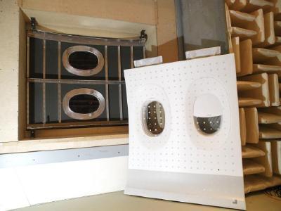 Versuchsaufbau im Transmissionsprüfstand mit CFK-Rumpfstruktur (in der Prüföffnung) und Seitenwandstruktur (zur Kopplung an die Rumpfstruktur) für die Entwicklung und Erprobung von adaptronischen Smart Linings. Foto: DLR