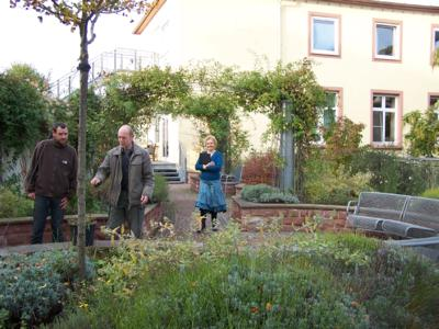 Peter Vaughan (centre), the man with the idea, together with his assistant and Marion Weber from the press office in the middle of the original roof garden at the Bürgerhospital, as it was in 2001, Photo: ZinCo