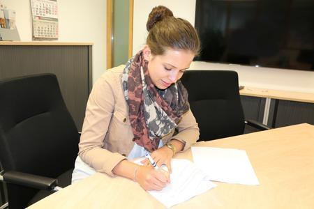 """Juliane Zaeck unterzeichnet ihren Vertrag für das Ausbildungsmodell """"Ausbildung.Plus"""" bei Remmers (Bildquelle: Remmers Baustofftechnik, Löningen)"""