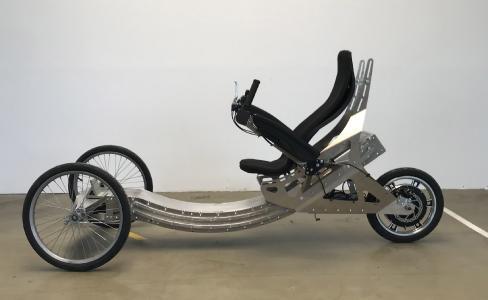 Der SitDriver ist ein innovatives, sicheres und höchst wandlungsfähiges Leichtbau-Rad mit kompakten Abmessungen, bequemer Sitzposition und einem integrierbaren Wetter- und Sonnenschutz. ©Bildquelle: WMT