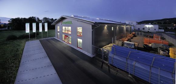 Losberger Stahl-Systemhalle, 22 x 42 m, isoliert, Verkaufsraum mit großzügiger Schaufenster-Front