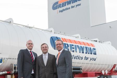 Freuen sich über die bevorstehende Inbetriebnahme des neuen Standorts der GREIWING logistics for you GmbH (v.l.n.r.): Matthias Gehrigk (Geschäftsführer), Armin Singer (Niederlassungsleiter) und Jürgen Greiwing (Geschäftsführender Gesellschafter). (Foto: GREIWING)