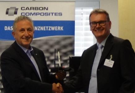 """Prof. Volker Warzelhan (li.) dankt Dr. Thomas Bischof (re.) für die geleistete Arbeit als Leiter der CCeV-AG """"Garne und Textilien"""" / Foto: © CC Ost/CCeV"""