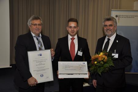 IHK-Präsident Klaus Olbricht (l.) und Prof. Dr. Armin Willingmann (Rektor der Hochschule Harz, r.) freuen sich jeweils mit den Preisträgern Hannes Krüger / Foto: IHK Magdeburg