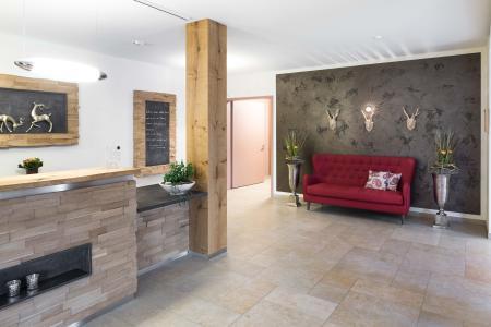 """Innovativ und elegant: mehr Foyer eines Boutique-Hotels als Empfangsbereich eines Pflegezentrums. (Metallocryl """"Perle"""" Palazzo 125) (Foto: Caparol Farben Lacke Bautenschutz/Martin Duckek)"""